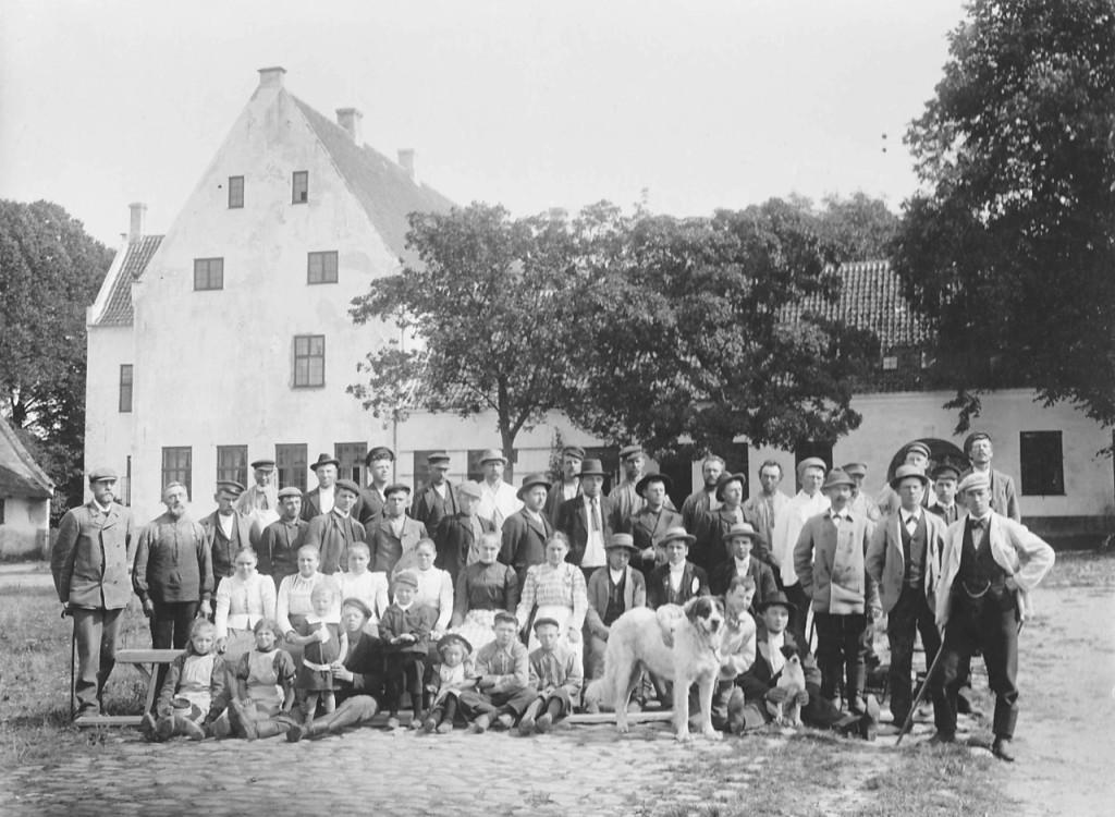 Min farfar står længst til højre med stok. Ludvig Rønnenkamp Holst (1873) står længst til venstre. Johannes Rønnenkamp Holst (1901) er nr. 3 fra venstre i forreste række. Billedet er stillet til rådighed af Ole Rønnenkamp Holst.
